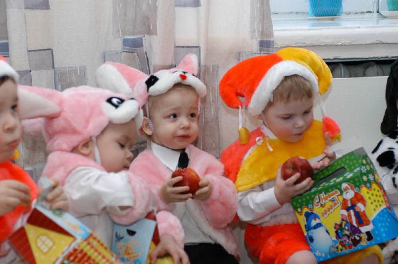 Детям подарили подарки детский дом